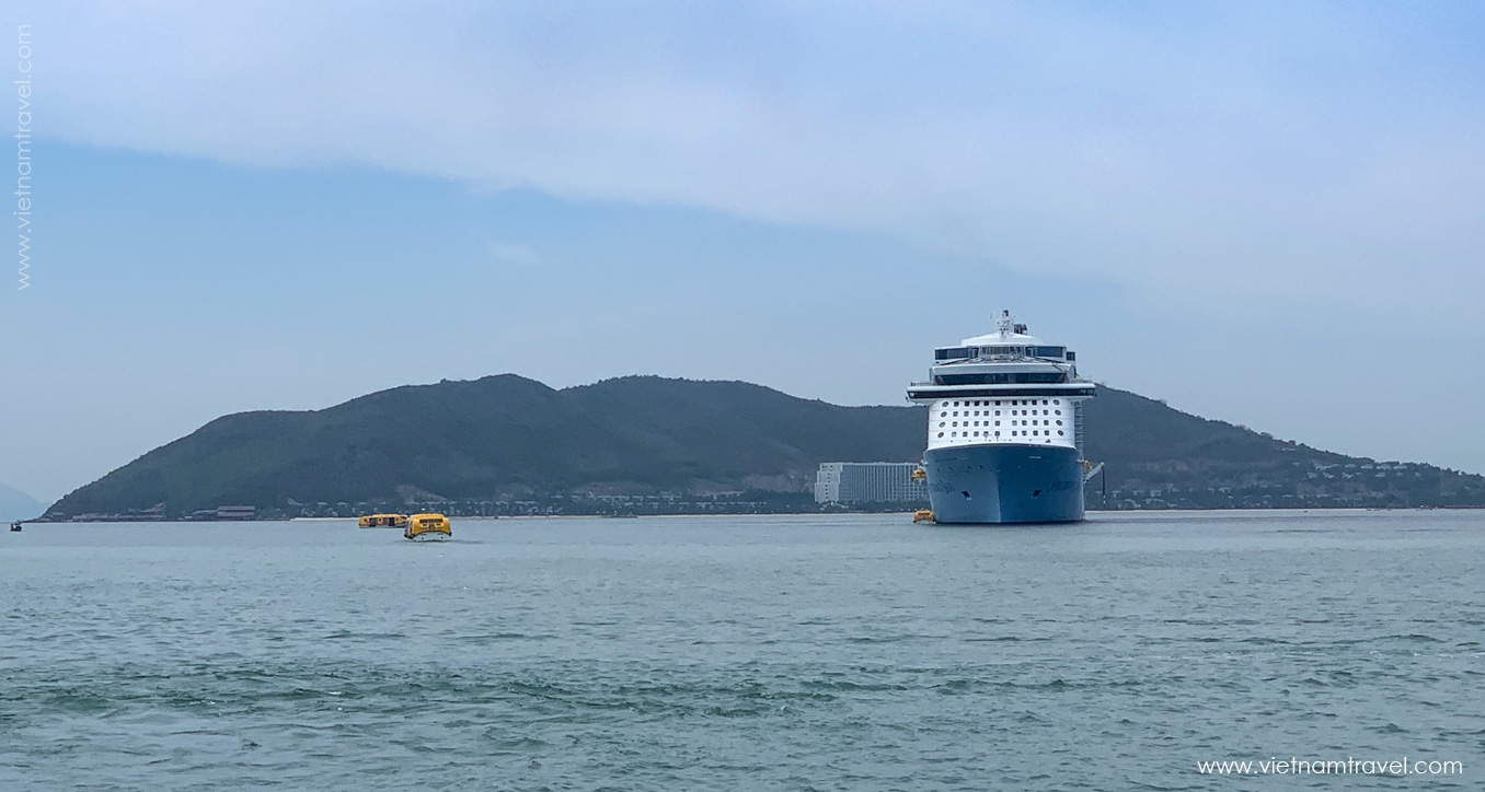 """US """"giant"""" ship carries nearly 6,000 visitors to Vietnam"""