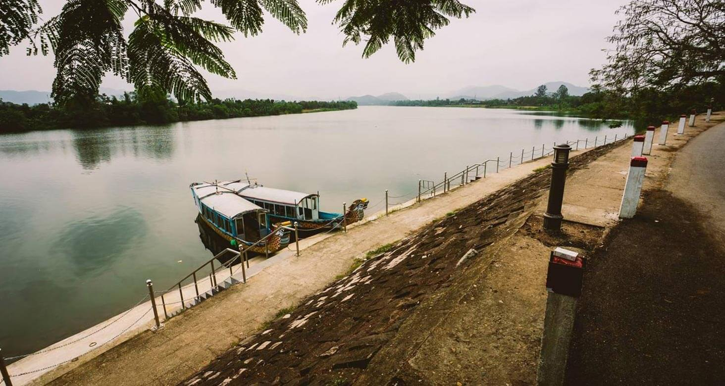 The boat station in font of Thien Mu Pagoda