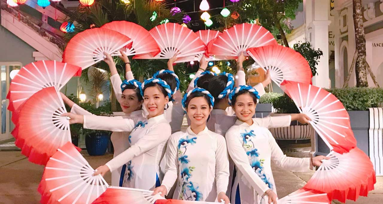 The grace of young artists in the fan dance with traditional dress