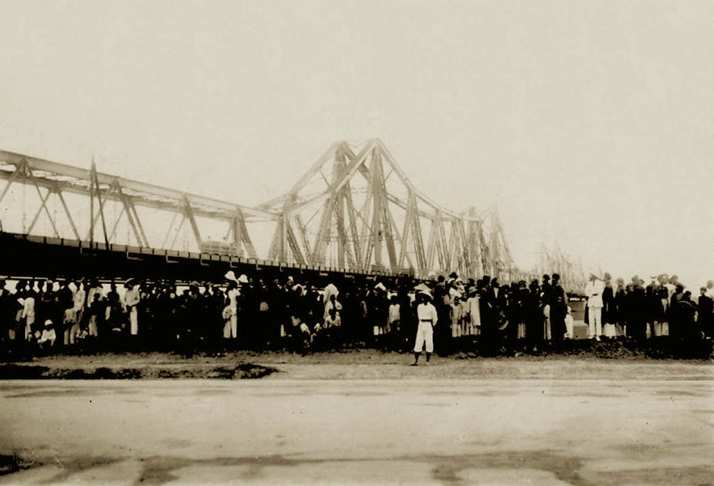 Old picture of Long Bien bridge