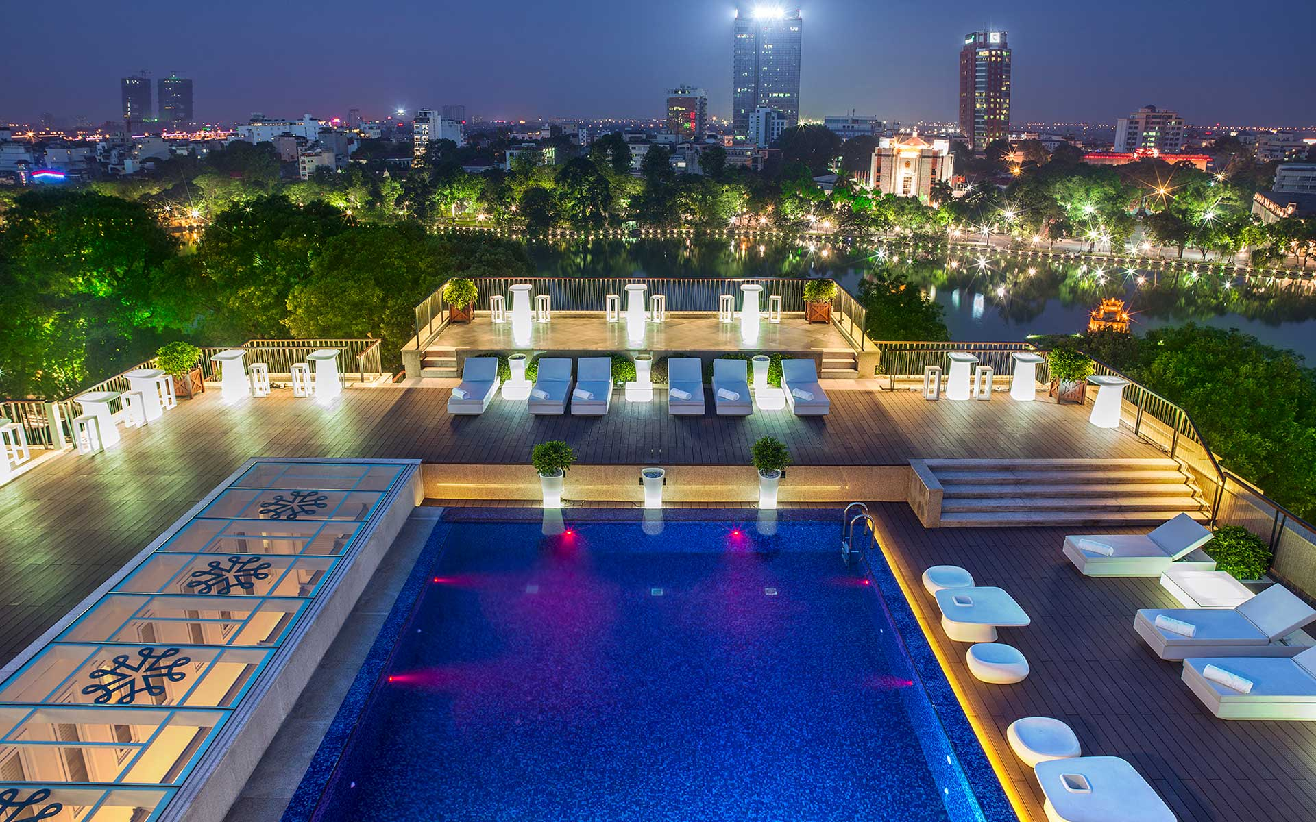 Outdoor swimming pool of Apricot Hotel