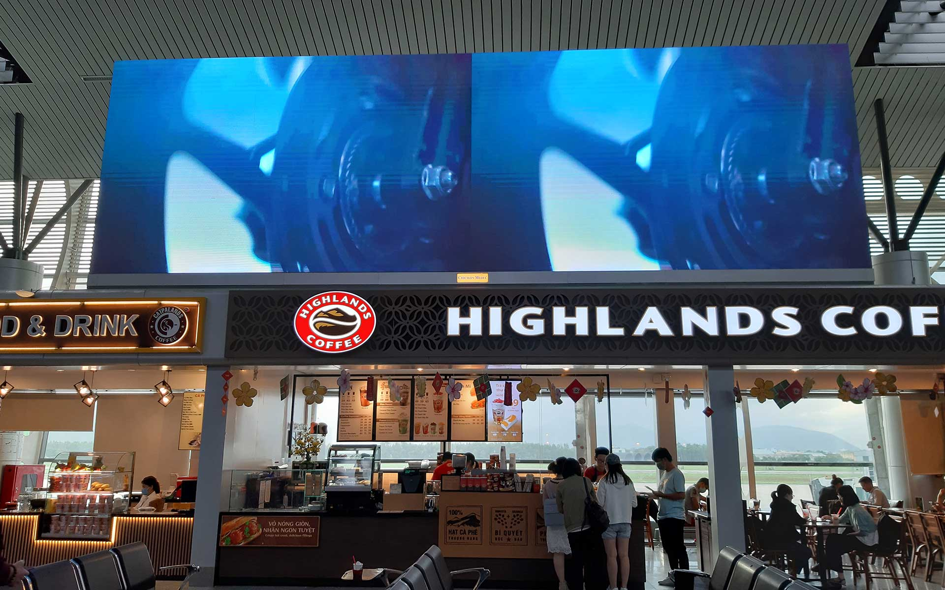 Highlands Coffee at the airport serves coffee, freeze, tea and bread