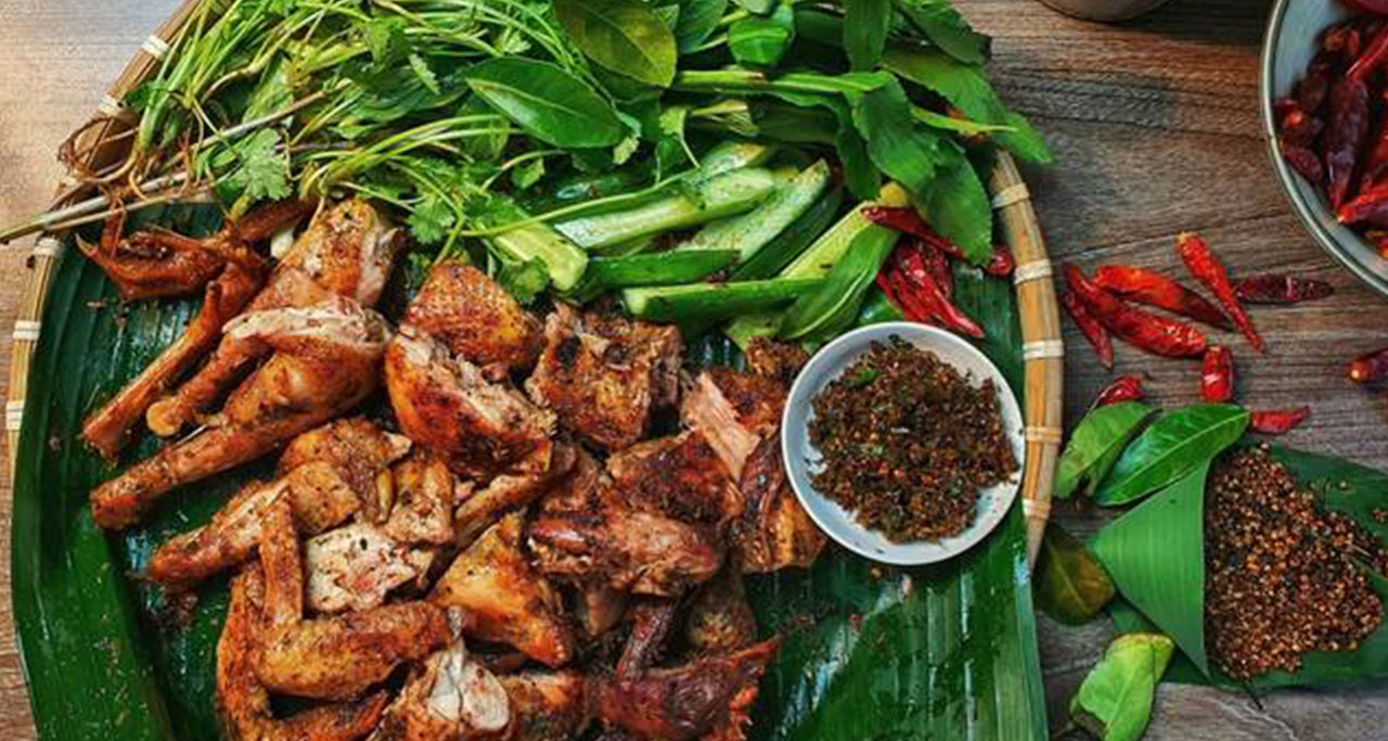 "Grilled chicken with leaves of ""mắc mật"""