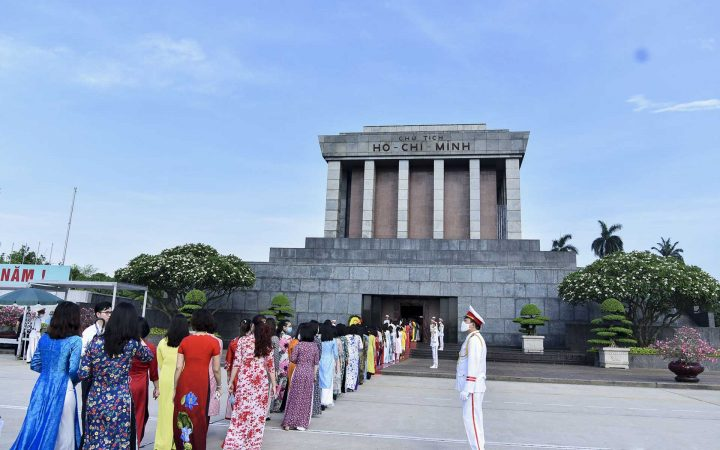 people stay in line to visit Ho Chi Minh Mausoleum