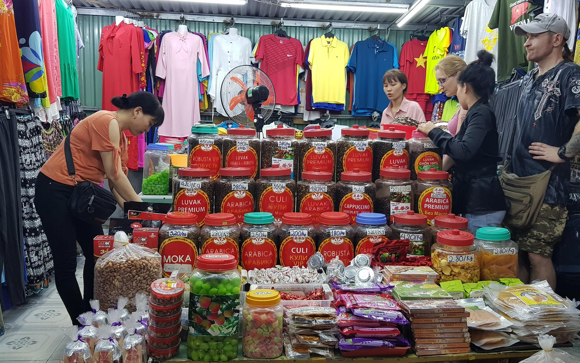 Nha Trang Night Market is opened along Tran Phu Street from 6-7 pm and busy until midnight.