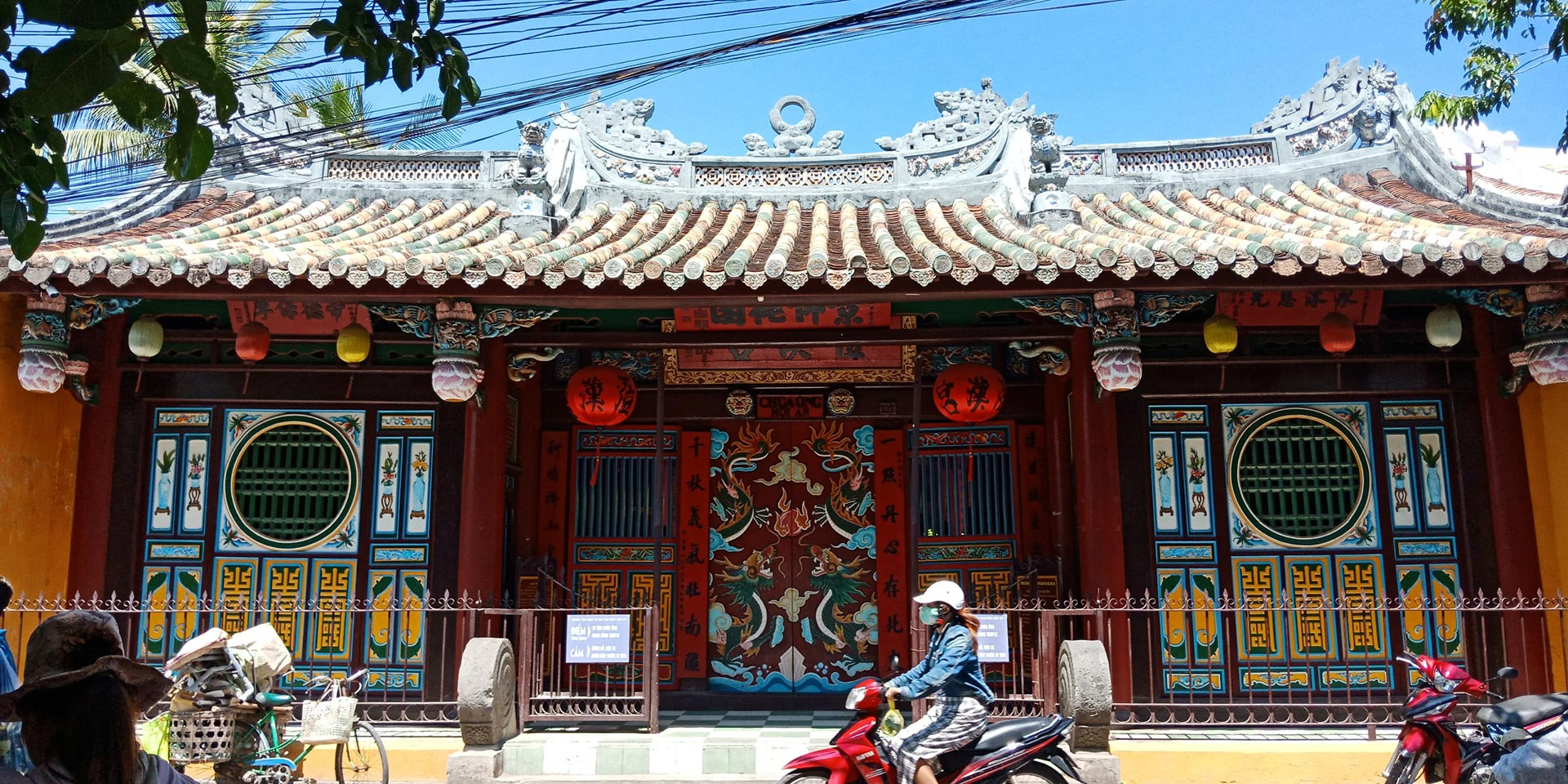 The facade of Chua Ong Pagoda