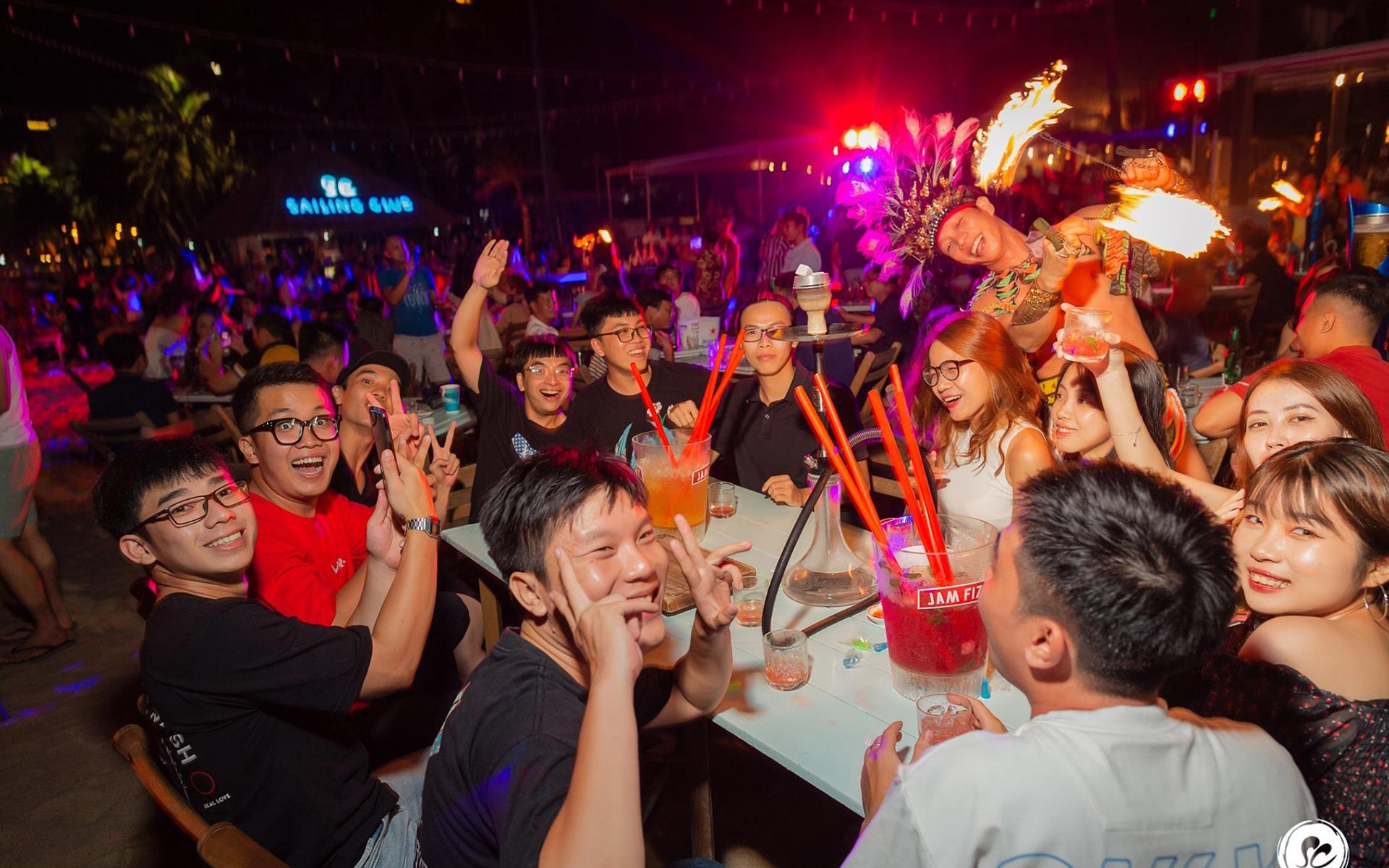 Many bars & night clubs along Tran Phu Street offer the sleepless atmosphere for the late night revelers.