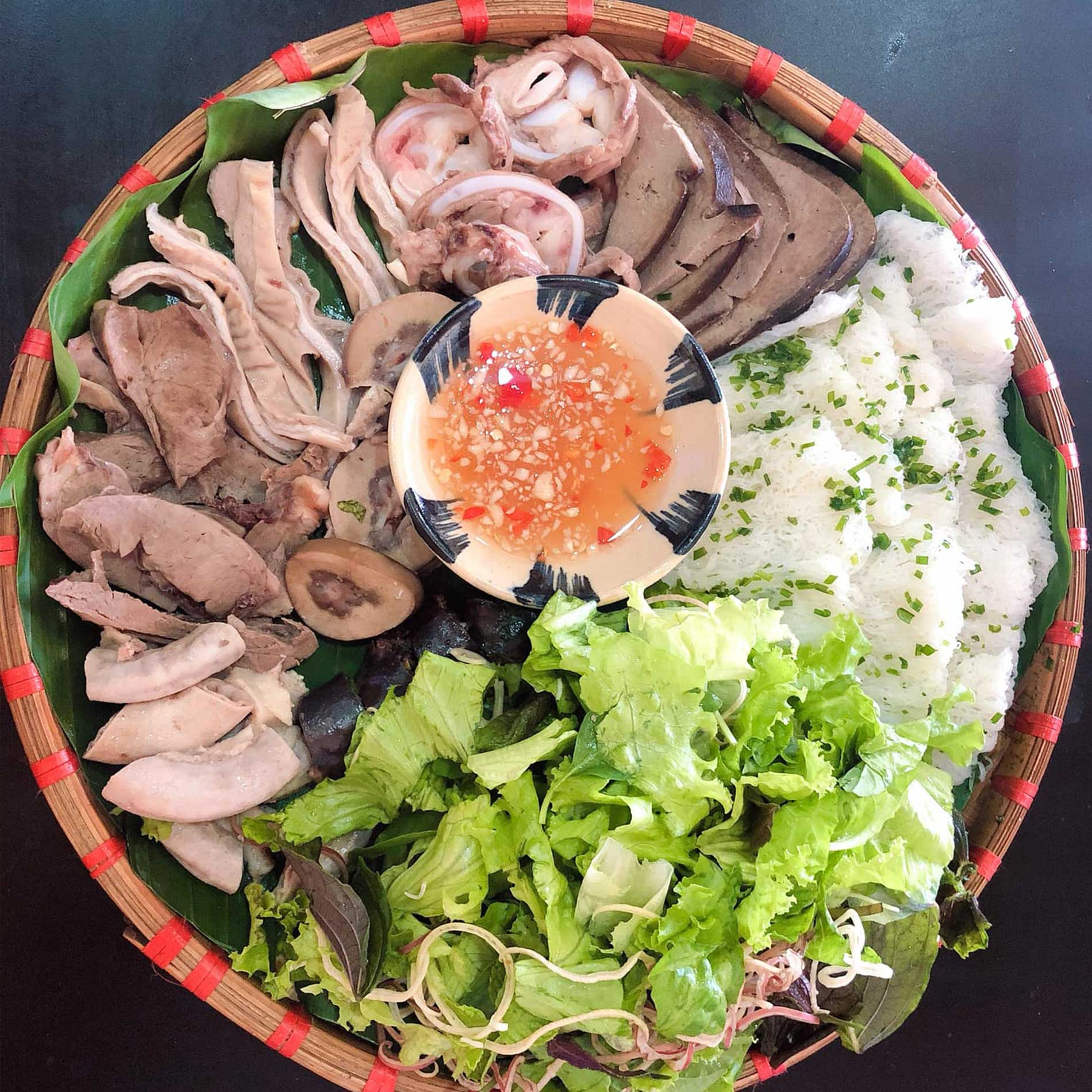 Local thin vermicelli served with pig intestine (Bánh hỏi lòng heo)