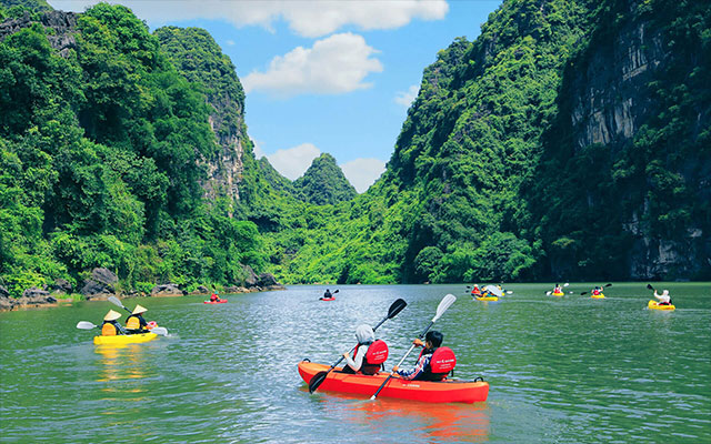 Kayaking in Trang An