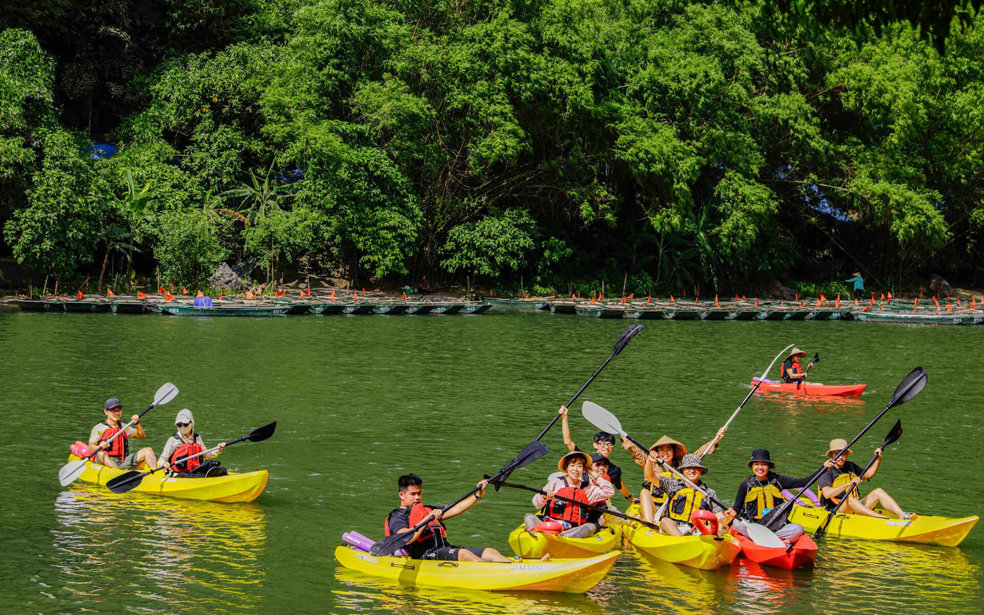 This new kayaking tour helps to promote domestic travel, especially in Trang An and Ninh Binh