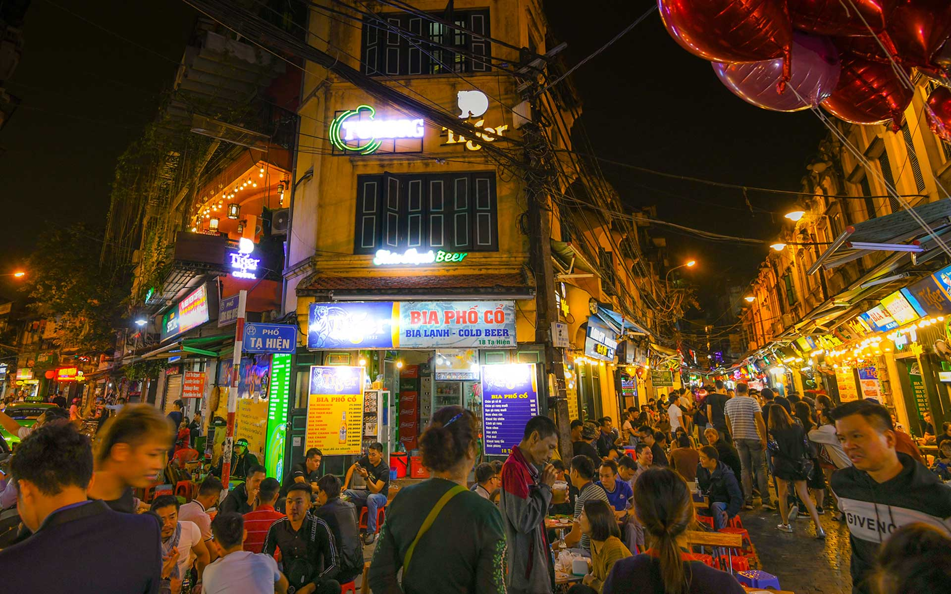 Nightlife of Hanoi at Bia Hoi Junction in Old Quarter