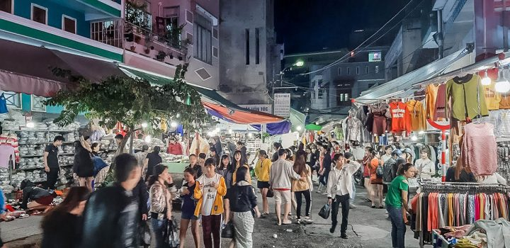 Le Duan Night Market gathers lots of local brands with very reasonable prices.