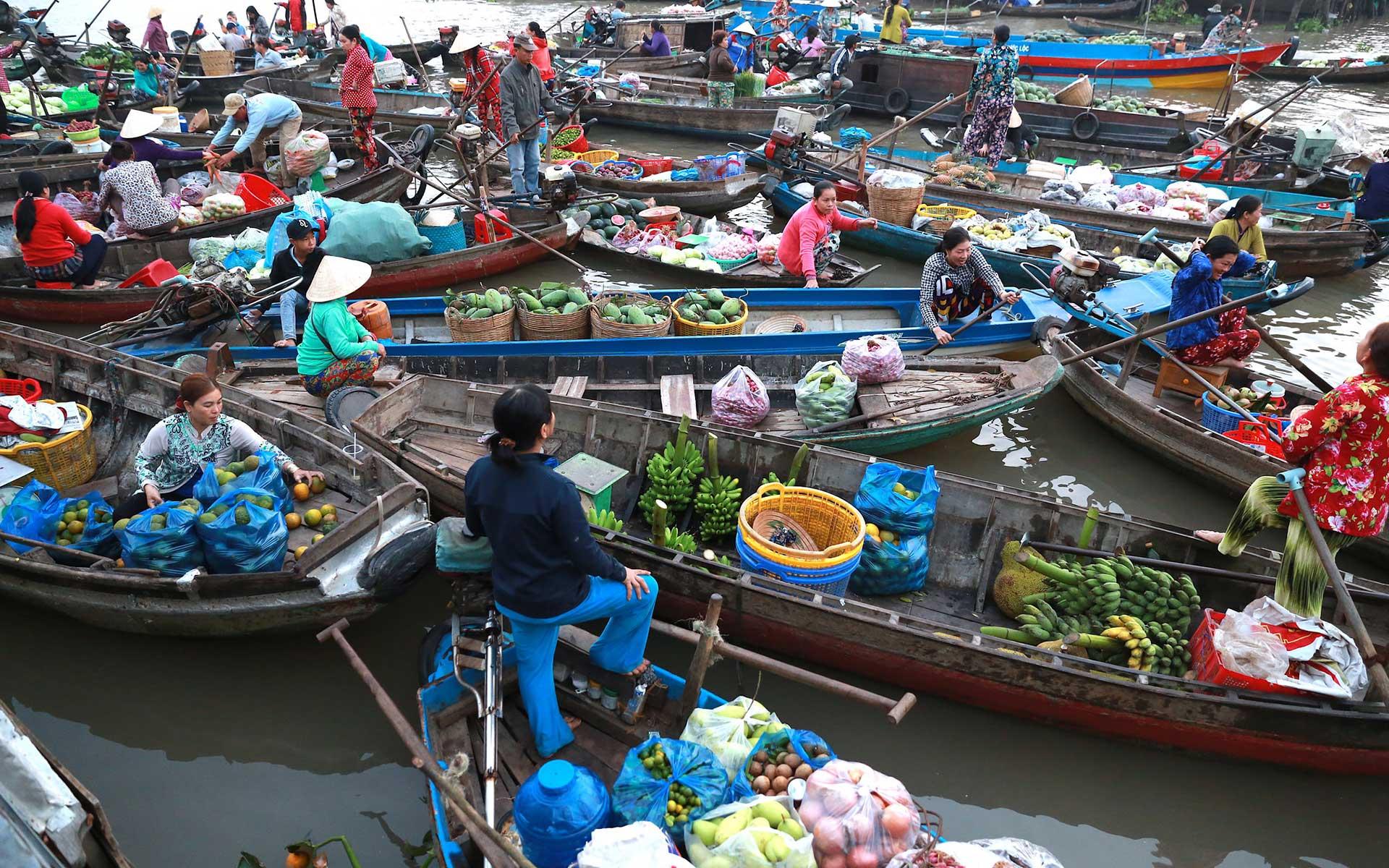 time to visit Phong Dien floating market