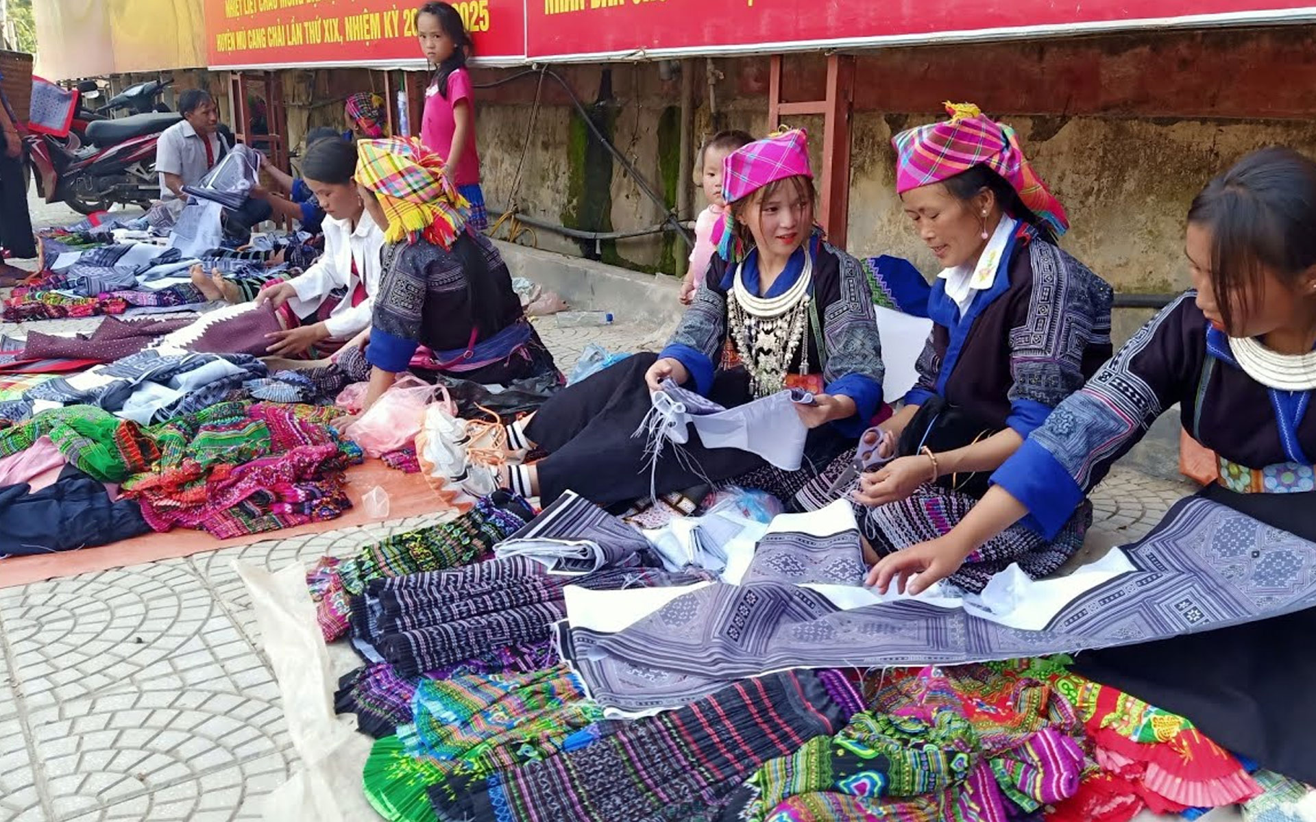 Muong Lo Market is the place of cultural integration of ethnic groups in Yen Bai's western region.