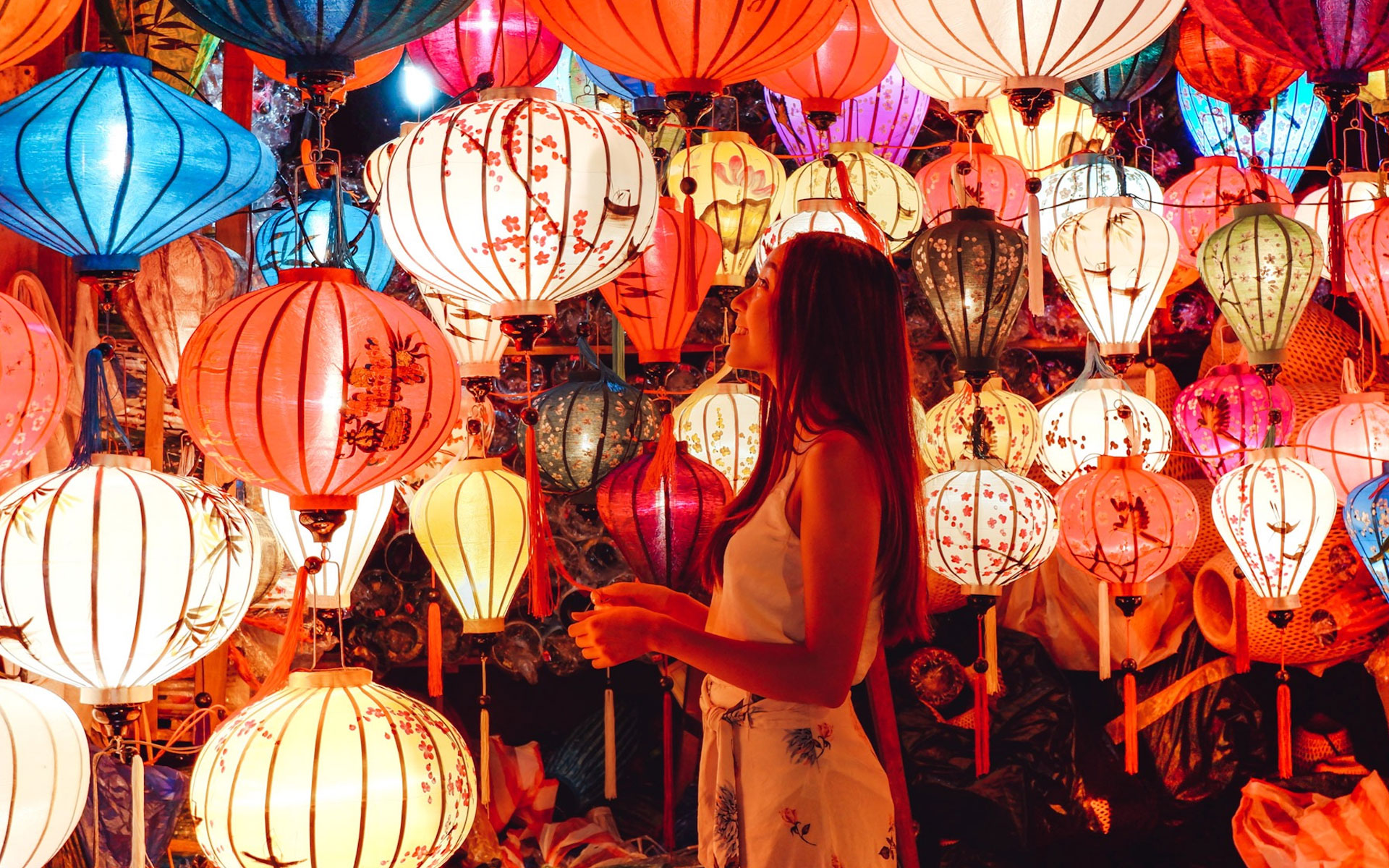 Impressive lanterns - the unique and attractive thing to remind you about Hoi An town.