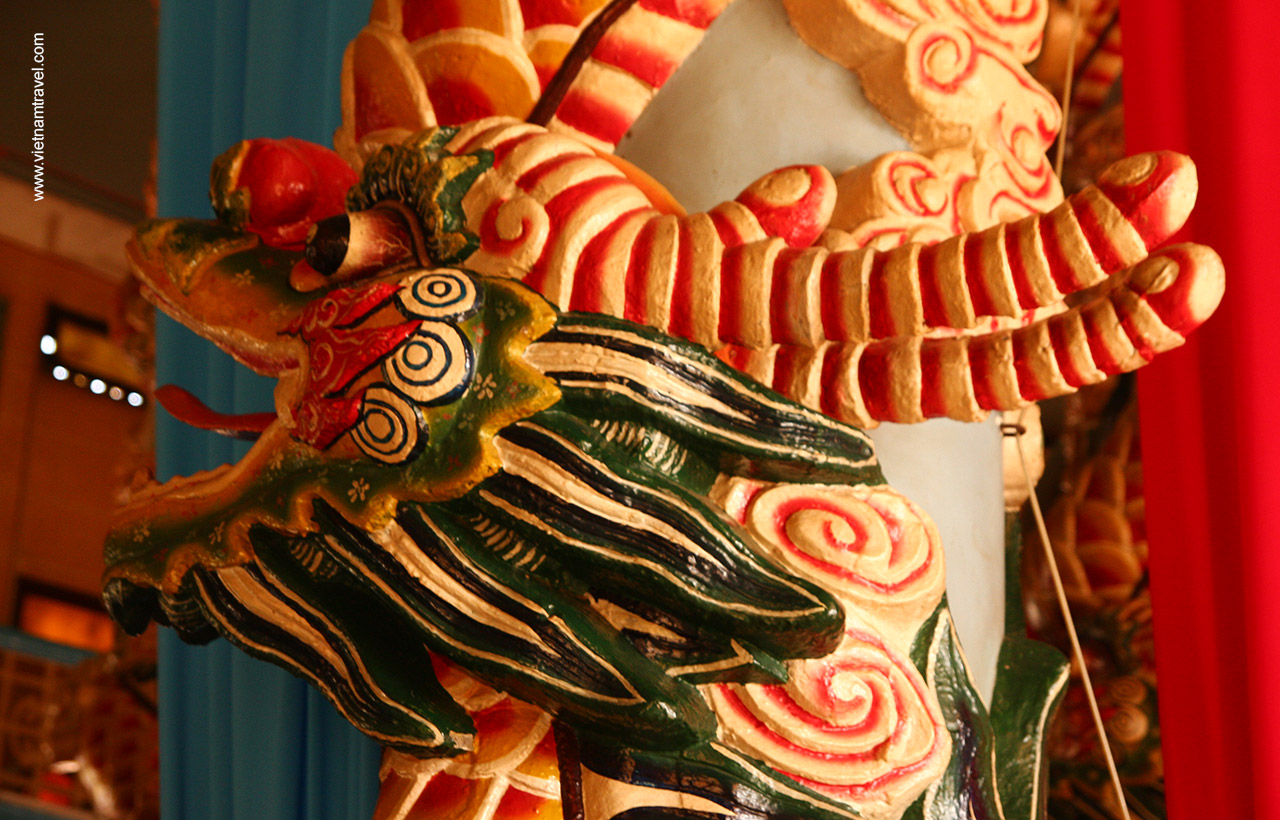 Dragon carving on the main pillars of Cao Dai Temple