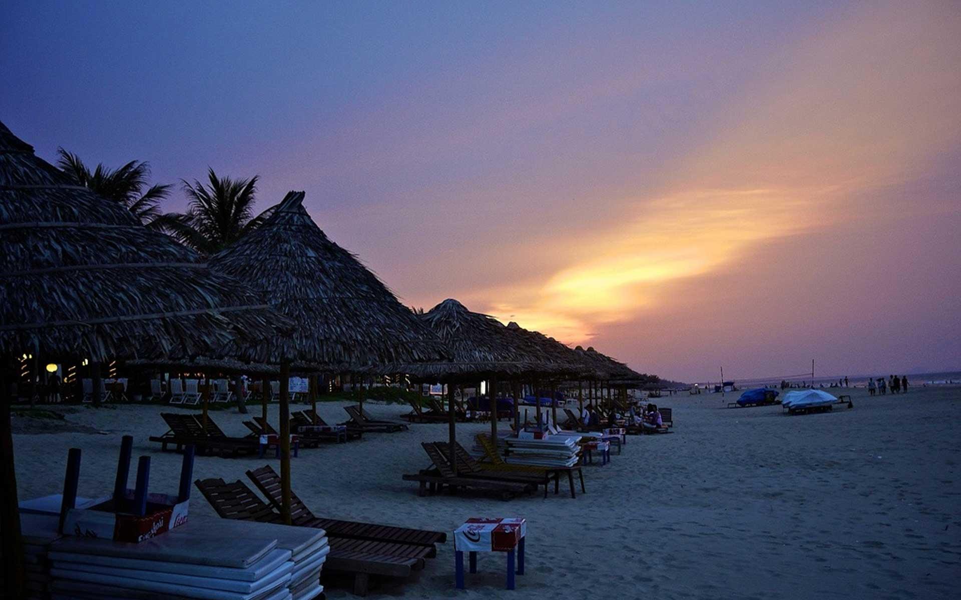 Enjoying Cua Dai beach at night