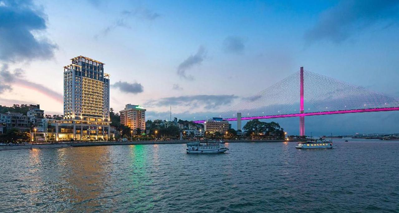 Wyndham Legend Halong boasts the beautiful views of Halong Bay and Bai Chay Bridge