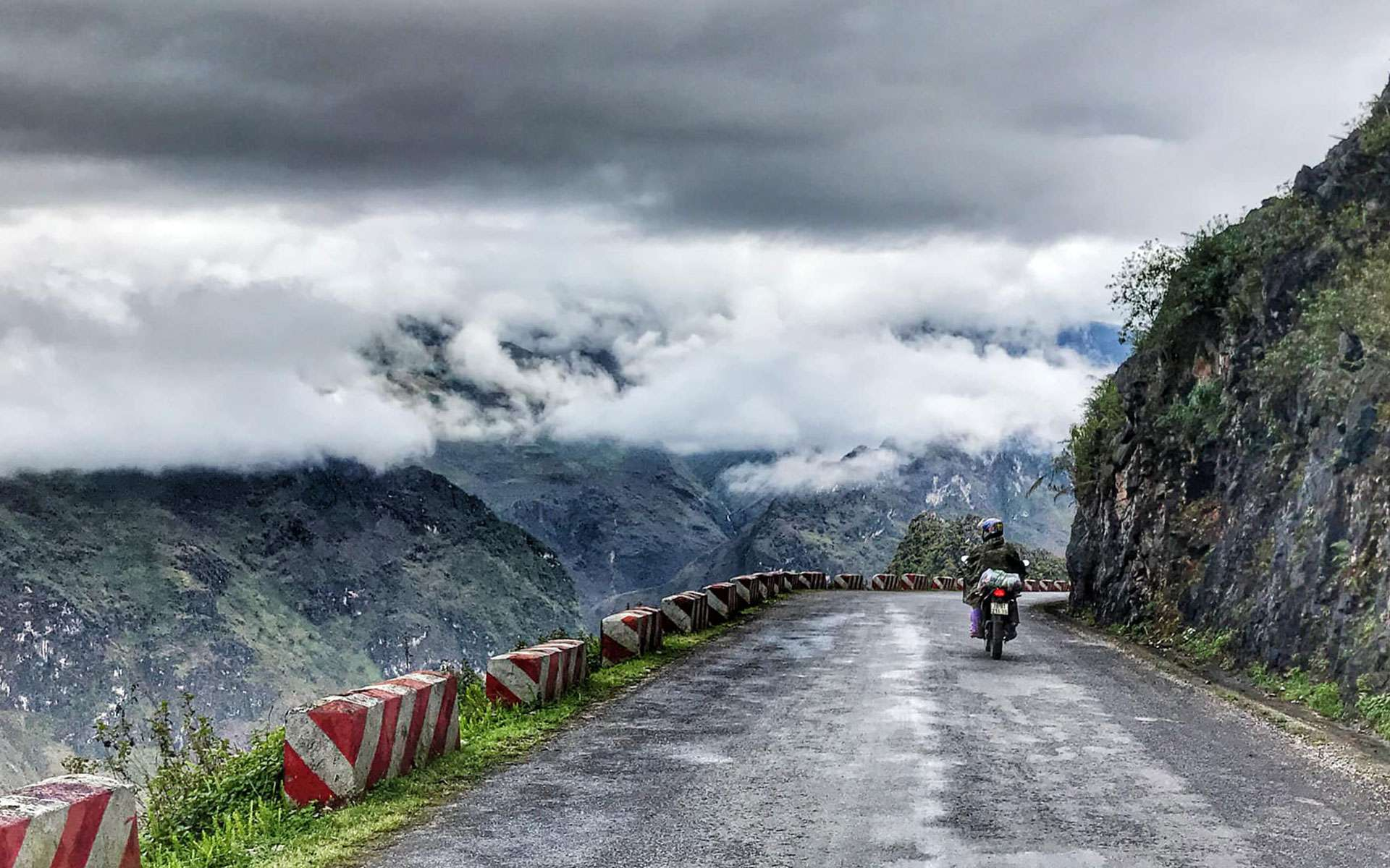 drive to Ma Pi Leng pass by motorbike