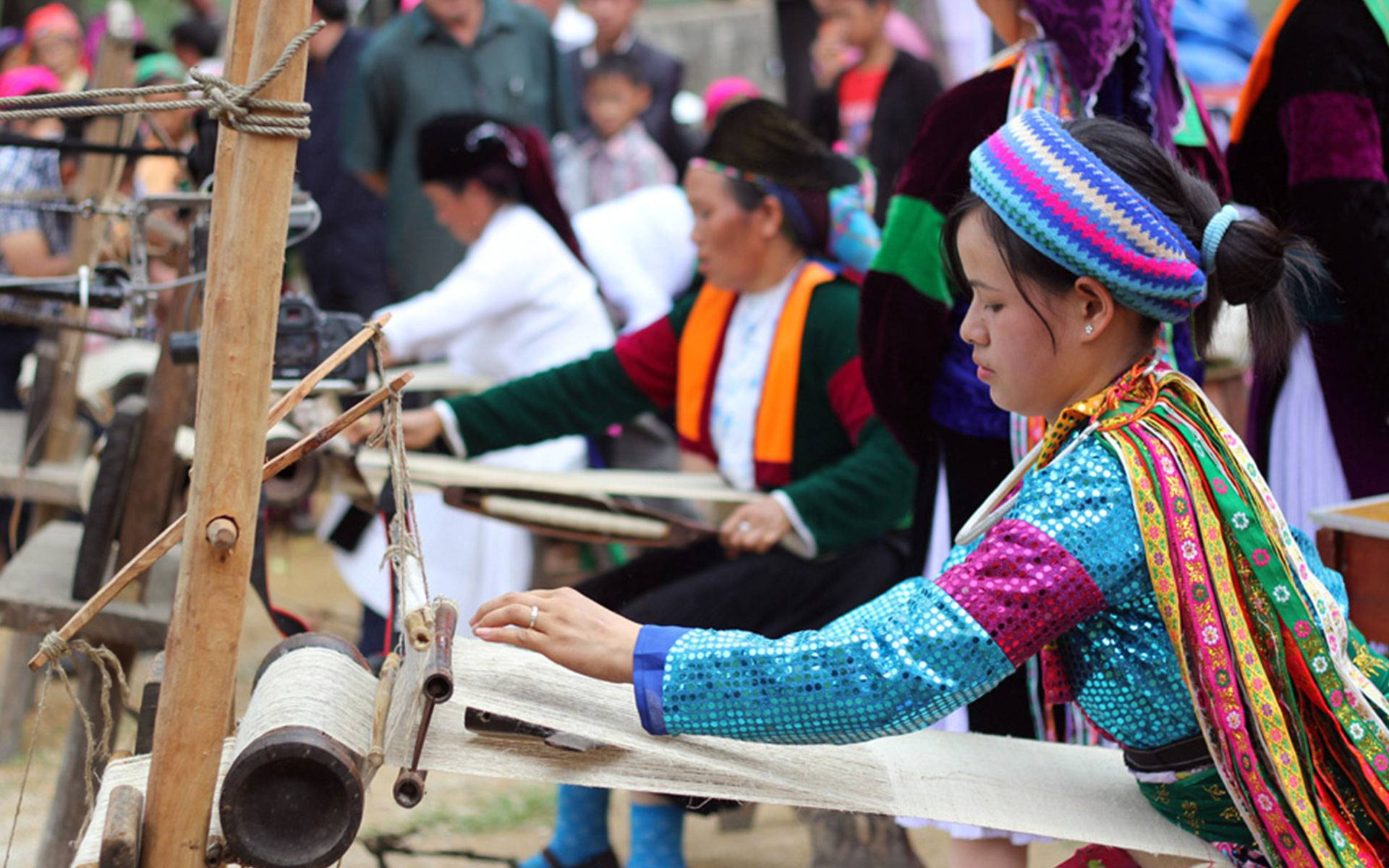 Mong girls participate in the linen weaving competition in Khau Vai Love Market