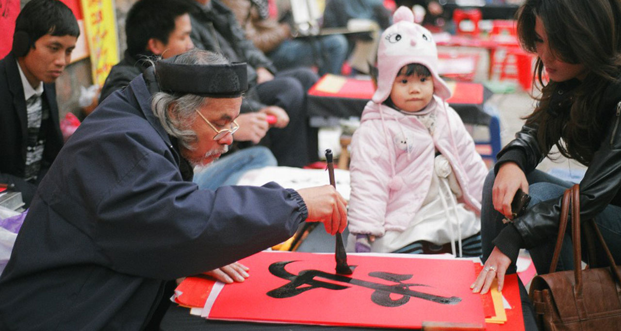 Asking for calligraphy words at the beginning of Lunar New Year is one of Vietnamese traditional customs