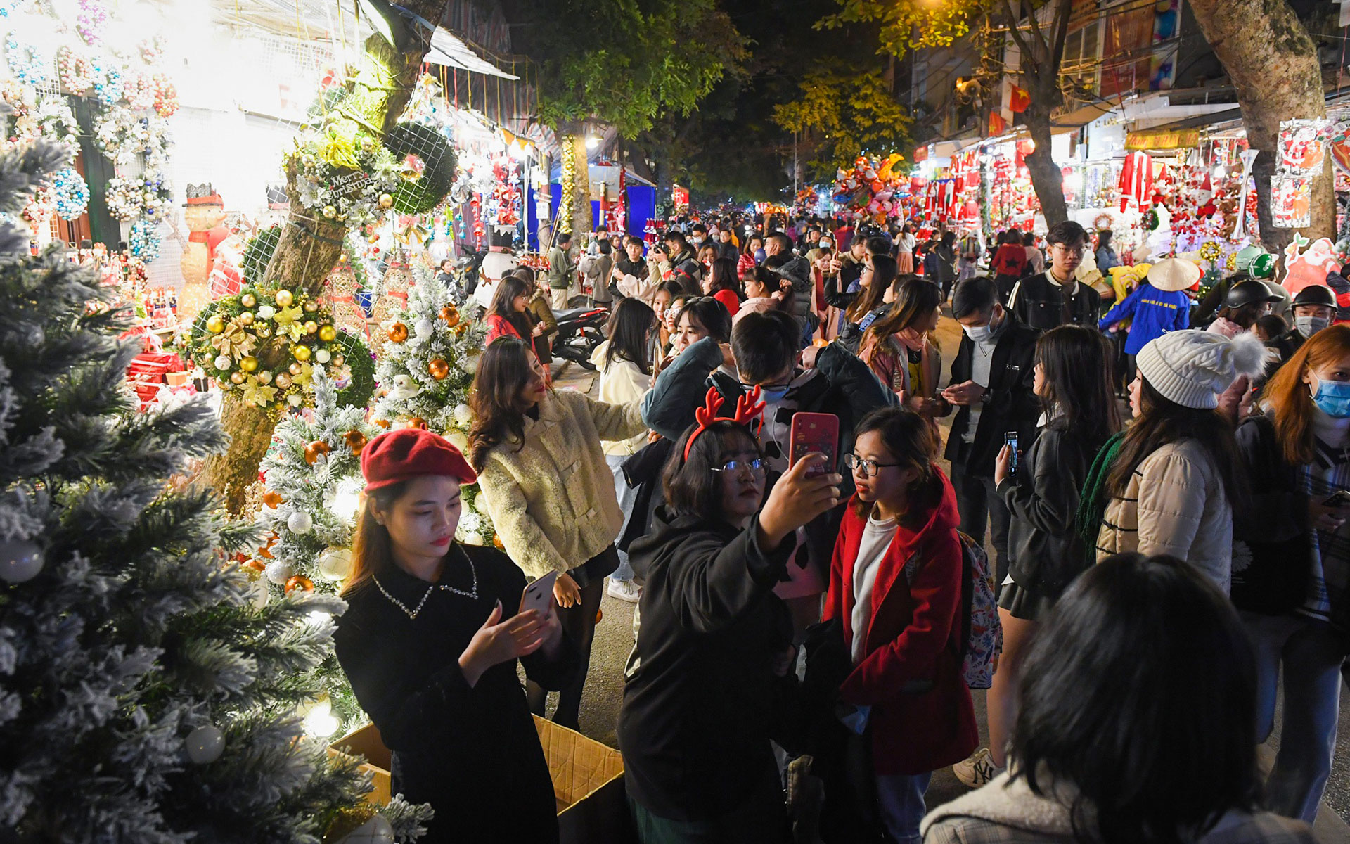 Celebrate your Christmas holiday in Hang Ma street, Hanoi